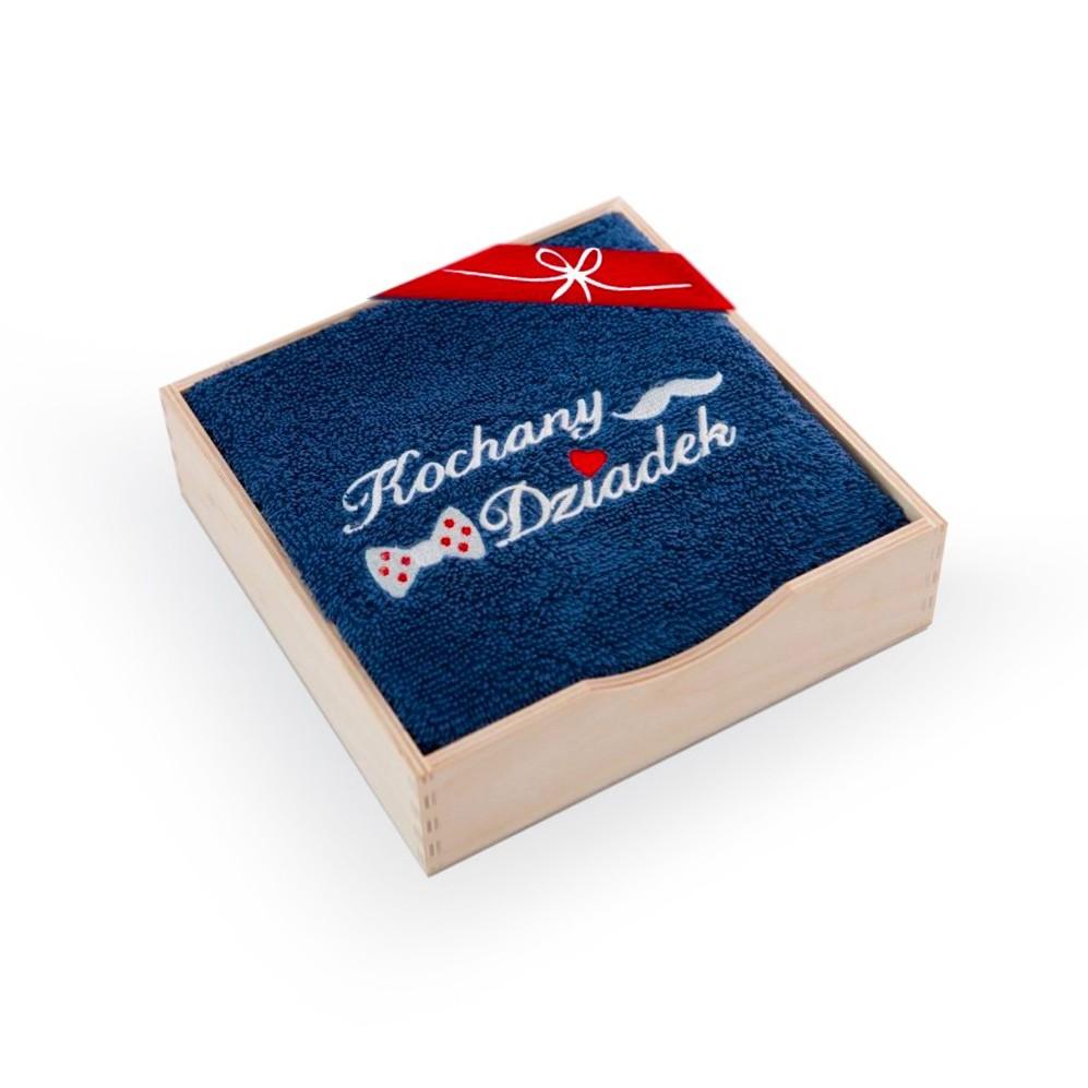 Ręcznik z haftem w drewnianym opakowaniu Kochany Dziadek Indygo