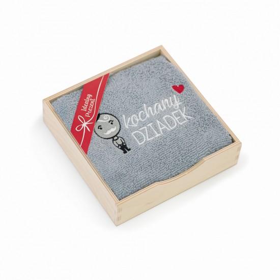 Ręcznik z haftem w drewnianym opakowaniu Kochany Dziadek srebrny