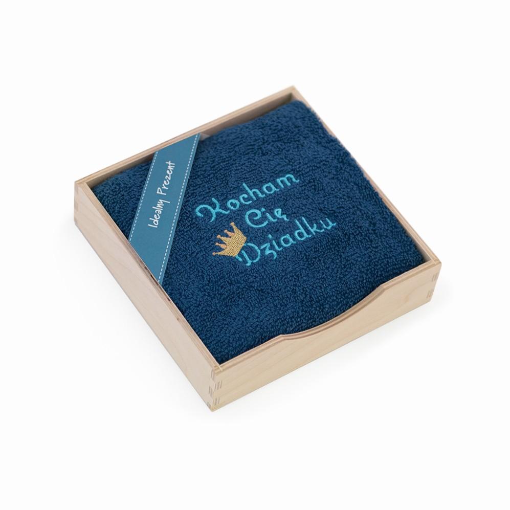 Ręcznik z haftem w pudełku drewnianym KOCHAM CIĘ DZIADKU tanzanit
